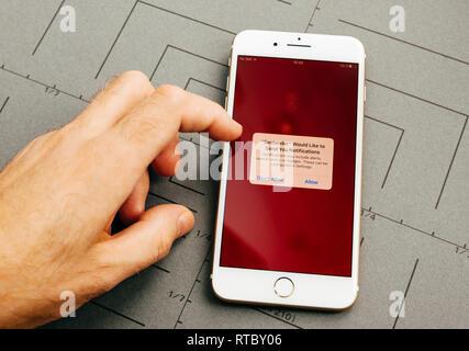 PARIS, Frankreich, 26.September 2016: Männliche hand mit neuen Apple iPhone 7 Plus nach dem Auspacken und testen, indem Sie die App Application Software online Banking der Santander Bank - Stockfoto
