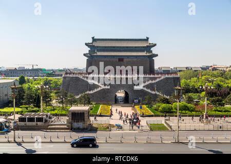 Touristen und Passanten vor der Nordseite der größten Bogenschießen Tower in Peking Qianmen. - Stockfoto