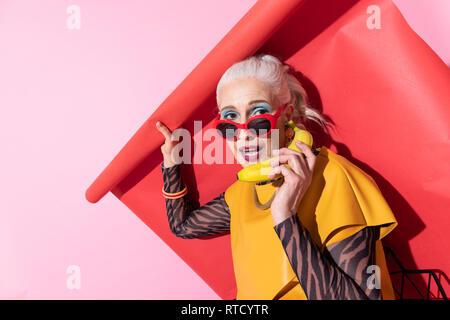 Attraktive Frau, Lächeln auf ihrem Gesicht - Stockfoto
