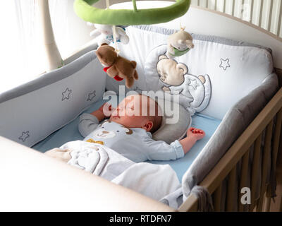 Close-up Portrait niedlichen kleinen gemischten Rennen Asiatische und kaukasische Baby Sohn schlafen auf Zurück. Tagsüber schlafen. Familie, gesunde Geburt Konzept Foto - Stockfoto