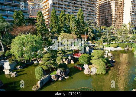 Grüne Oase im städtischen Umfeld (Luftbild von einem 6 m Mast). Japanischer Garten im Fürstentum Monaco. - Stockfoto