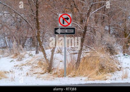 Keine Rechts und eine Art Zeichen gegen verschneite Bäume. Kein Rechts und eine Art Schild an einem kalten Wintertag gesehen. Schnee bedeckten Boden und Bäume c - Stockfoto