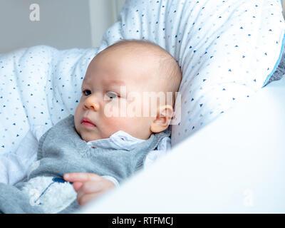 Süße 5 Monate alt gemischt Asiatische rennen Kaukasischen jungen Suchen glücklich lächeln und lachen in die Kamera, gesundes Kind baby boy. Halb Thai halb Polnisch. - Stockfoto