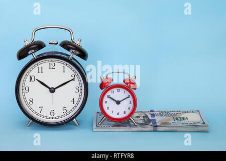 Retro Wecker auf einem farbigen Hintergrund. Konzept - Zeit ist Geld