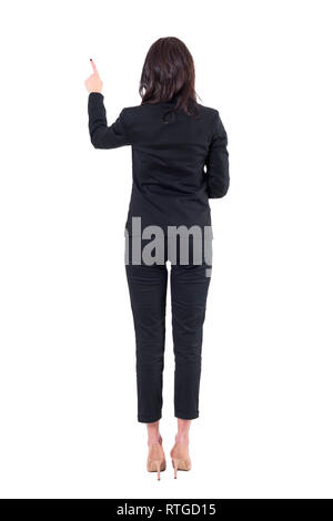 Rückseitige Ansicht des linken elegante Business Frau mit Touchscreen Push Button übergeben. Voller Körper auf weißem Hintergrund. - Stockfoto