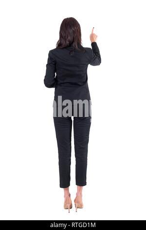 Rückansicht des eleganten Lehrer oder Geschäftsfrau nach rechts drücken der Taste auf dem Touchscreen. Voller Körper auf weißem Hintergrund. - Stockfoto