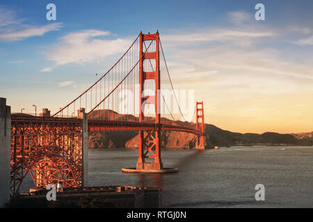 Golden Gate Bridge bei Sonnenuntergang - San Francisco, Kalifornien, USA - Stockfoto