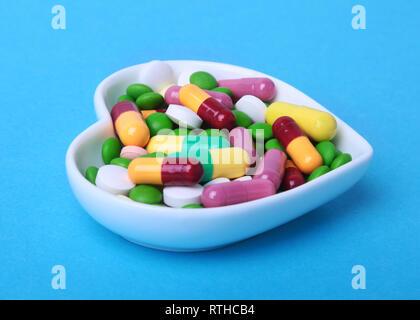 Bunte Sortiment Pillen und Kapseln an der Platte. - Stockfoto