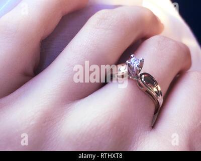 In der Nähe von eleganten Diamond Ring am Finger mit grauen Schal Hintergrund. Diamond Ring. - Stockfoto