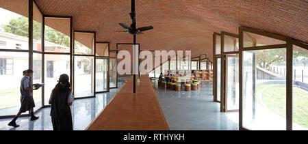 Innenansicht mit Studenten. Maya Somaiya Bibliothek, Kopargaon/Maharashtra, Indien. Architekt: Sameep Padora und Associates (SP+A), 2018. - Stockfoto
