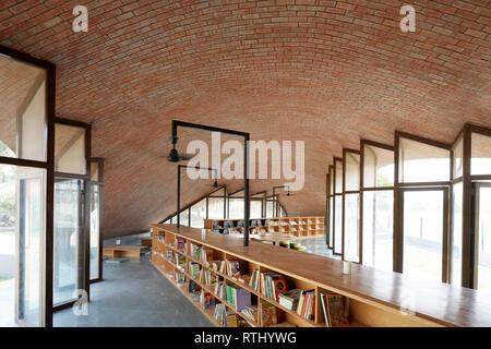 Insgesamt Innenansicht. Maya Somaiya Bibliothek, Kopargaon/Maharashtra, Indien. Architekt: Sameep Padora und Associates (SP+A), 2018. - Stockfoto