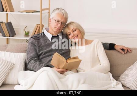 Gerne älteres Paar lesen Buch, Zeit miteinander zu verbringen - Stockfoto