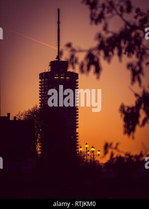 Bild von Big Tower mit Straßenlaternen bei Sonnenuntergang in Augsburg, Bayern, Deutschland. - Stockfoto