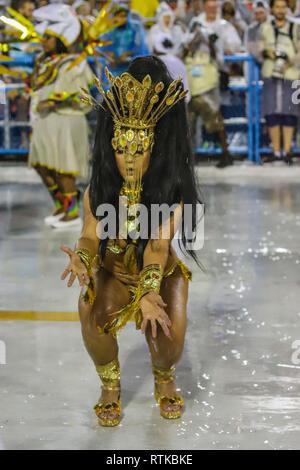 Rio De Janeiro, Brasilien. 2. März 2019. Mitglied der Vereinigten Samba Schule der Brücke während ein Karneval 2019 Serie eine Parade an der Sapucaí Sambadrome in der Stadt Rio de Janeiro dieser Freitag, 01. (Foto: William Volcov/Brasilien Foto Presse Credit: Brasilien Foto Presse/Alamy leben Nachrichten - Stockfoto