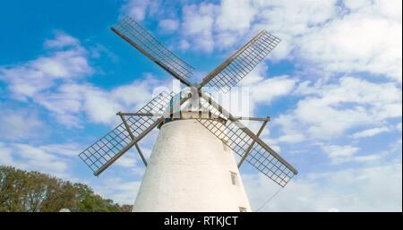 Die alte Windmühle mit vier Klingen in der Farm. Es ist eine große, weiße Mühle für die Messung der Windgeschwindigkeit verwendet. - Stockfoto
