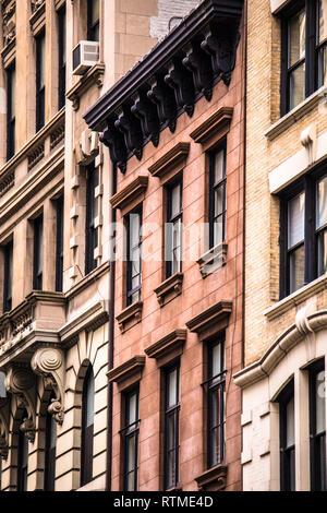Zeile des alten New York City Apartment Gebäude, Fassaden einschließlich BROWNSTONES - Stockfoto