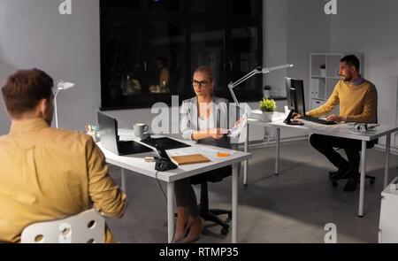 Designer oder Software Entwickler bei Nacht Office - Stockfoto