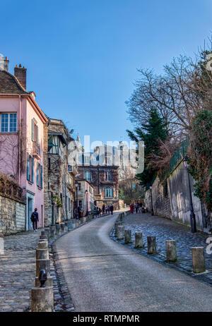 Alte Straße mit rosa Haus in Montmartre - Paris, Frankreich - Stockfoto