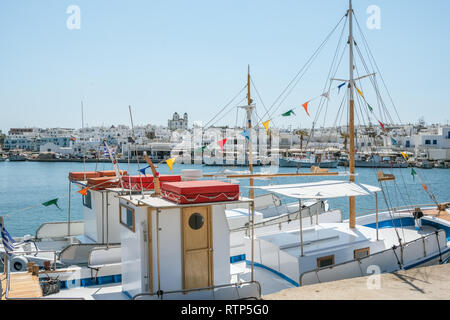Fischerboote im Hafen von Naoussa, Paros, Kykladen, Griechenland - Stockfoto