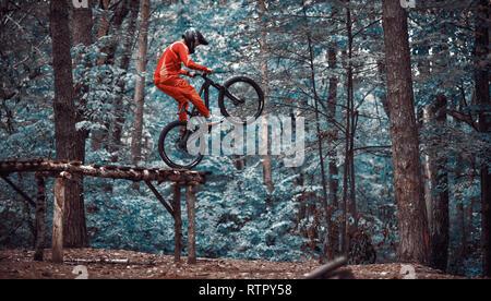 Moskau, Russland - Nov, 2018: Springen und auf dem Mountainbike fliegen. Reiter in Aktion bei Mountain bike Sport. Biker einen Stunt und Schritt nach unten springen. Kühlen - Stockfoto