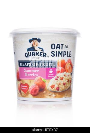 LONDON, Großbritannien - 01 März, 2019: Cup der Quaker OAT SO SIMPLE PORRIDGE mit Sommer Beeren auf Weiß. Einfach Wasser hinzufügen. - Stockfoto