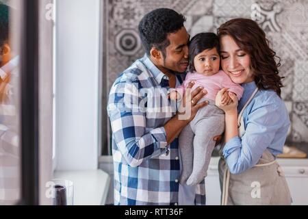 Junge Eltern genießen, Zeit mit Ihrem Baby, Foto schliessen. herzliche Beziehung zwischen den Familienmitgliedern Stockfoto