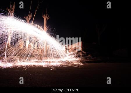Wirkung von Funken glühender Stahl. Lange Belichtung Foto. Licht Malerei Technik Brandwand in der verlassenen Stadt Epecuen. - Stockfoto