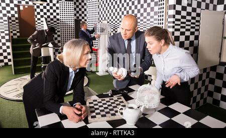 Business Partner versuchen, Lösung der Rätsel im geschlossenen Raum der verlorenen Zimmer zu finden. Konzept der Business Strategie und Analytics - Stockfoto