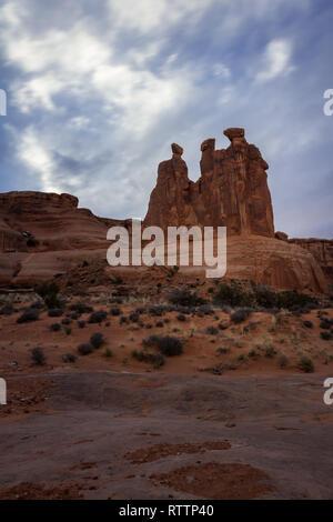 Giant Red Rock verfügen als die Drei Klatschbasen im Arches National Park, Foto takin an einem bewölkten Nachmittag bekannt - Stockfoto