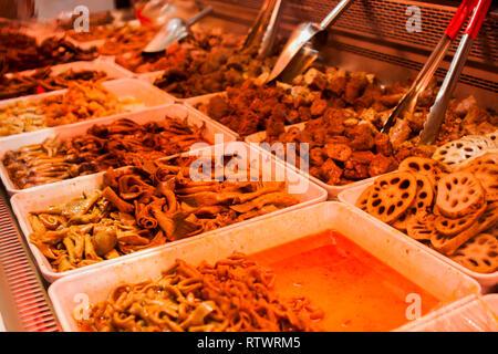 Chengdu Würzig mariniert Street Food stall Verkauf von Fleisch, Gemüse und die inneren Teile von Tieren. Aussuchen. - Stockfoto