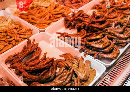 Chengdu Würzig mariniert Street Food stall Verkauf von Fleisch, Gemüse und die inneren Teile von Tieren. Aussuchen, Huhn mit Ente Flügel und Füße. - Stockfoto