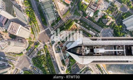 Blick von oben auf die Wolkenkratzer und der Innenstadt. Hochhaus und Park und die Kreuzung für den Hintergrund. Urbane Muster der modernen Stadt. - Stockfoto