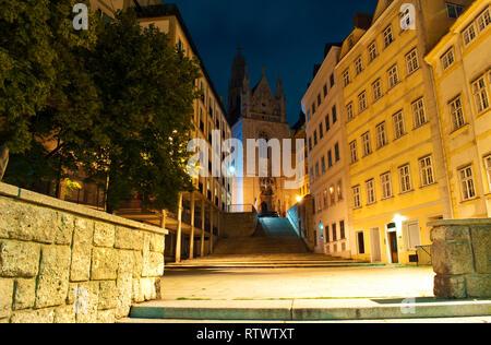 Eingang zur gotischen Kirche Maria am Gestade in Wien, Österreich. Lange Treppen, die zu es unter gepflegtes Gebäude. Warme Sommernacht - Stockfoto
