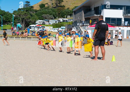 TAURANGA NEUSEELAND - 3. MÄRZ 2019; Kinder lernen Grundlagen der Fitness mit Mount Maunganui Surf Life Saving Club am Strand an einem heißen Sommertag - Stockfoto
