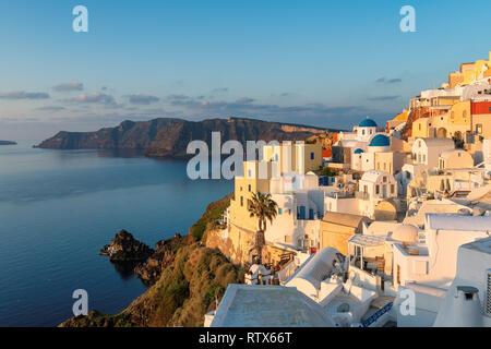 Spektakuläre Stadt Oia bei Sonnenaufgang auf der Insel Santorin, Griechenland - Stockfoto
