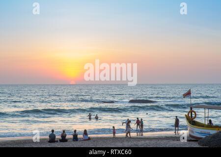 Die Leute am Strand bei Sonnenuntergang in Agonda, Goa, Indien. - Stockfoto