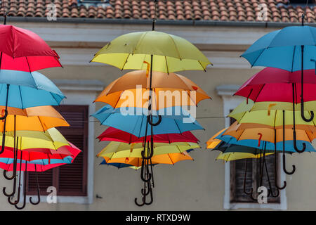 Regenschirm Straße in der Küstenstadt Novigrad auf der Halbinsel Istrien in Kroatien - Stockfoto