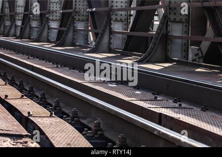 Detail auf Bahnstrecken bei Steel Rail Bridge von der Sonne beleuchtet. - Stockfoto
