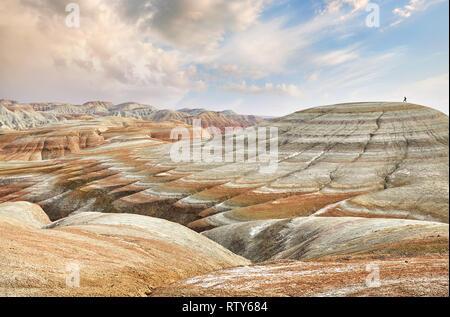 Kleine touristische gehen Auf surreale gelben Berge im Desert Park Altyn Emel in Kasachstan - Stockfoto