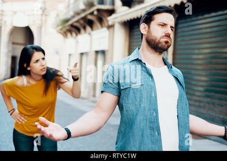 Junges Paar zu argumentieren, in der Stadt. - Stockfoto