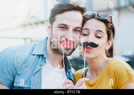 Glückliches Paar kleben und gerne zu Fuß in der Stadt - Stockfoto
