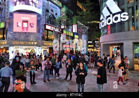 TAIPEI, Taiwan - Dezember 3, 2018: die Menschen besuchen Taipeh Einkaufsviertel in Taipeh. Taipeh ist als eines der Top Shopping Reiseziele in Tai - Stockfoto