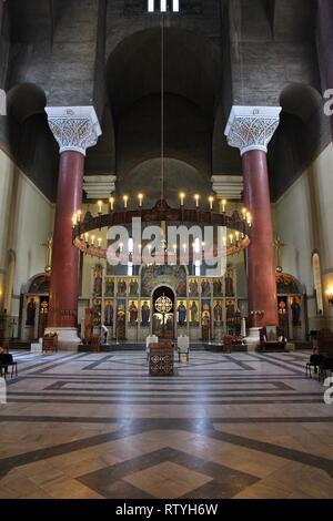 Belgrad, SERBIEN - 15. AUGUST 2012: Innenansicht der Saint Mark's orthodoxe Kirche in Belgrad. Die Kirche in Serbo-Byzantine Stil war in 19 abgeschlossen - Stockfoto