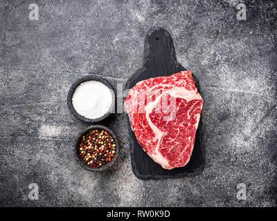 Raw marmoriert ribeye Steak und Gewürze - Stockfoto