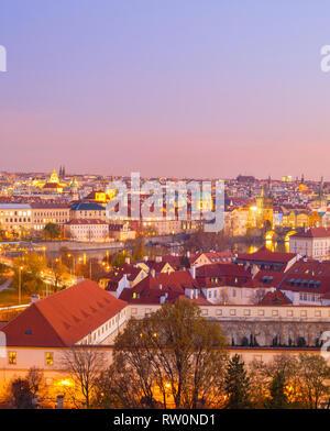 Romantische Skyline von Prag in der Dämmerung. Der Tschechischen Republik - Stockfoto