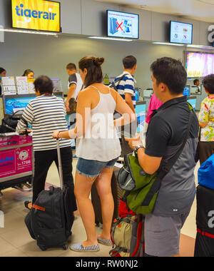 CHIANG MAI, THAILAND - Jan 12, 2017: Die Menschen, die in der Warteschlange warten am Check-in-Schalter im Flughafen. Internationaler Flughafen Chiang Mai ist ein international Airpo - Stockfoto