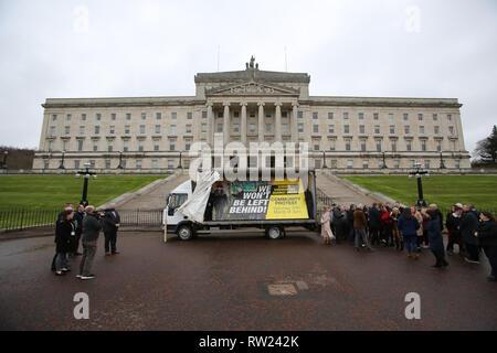 Belfast, UK. 04 Mär, 2019. Sinn Féin, SDLP und Allianz Vertreter verband Mitglieder aus grenzüberschreitenden Gemeinschaften gegen Brexit für die Einführung eines neuen Plakat und ein anti-Brexit Erklärung in Stormont Parlament Gebäude Belfast, Nordirland, Montag, 4. März 2019. Die Gruppe verkündete eine wichtige Grenze Protest am 30. März. Foto/Paul McErlane Credit: Irish Auge/Alamy leben Nachrichten - Stockfoto