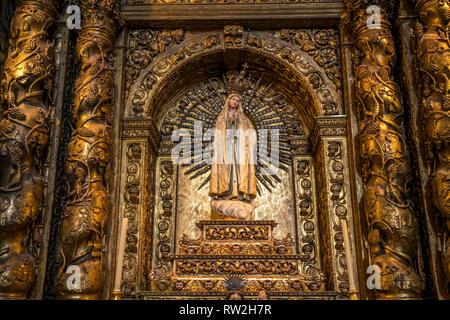 Madonna im Innenraum der Jesuitenkirche Igreja do Colégio Praca bin do Municipio, Funchal, Madeira, Portugal, Europa   Madonna, Saint John die Evangel - Stockfoto