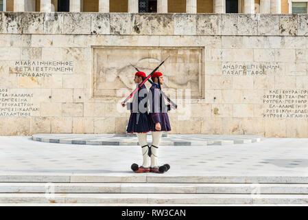 """Athen, Griechenland - November 1, 2017: Ändern der Präsidentengarde (die so genannte """"Evzones') Vor dem Denkmal des unbekannten Soldaten, nächste - Stockfoto"""