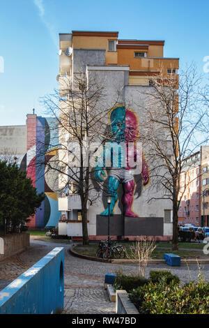 Kreuzberg-Berlin. Tempertot von street artist Ron Englisch auf Firewall von Apartment Gebäude. Rosa & Blau wütend muskulös Kleinkind. - Stockfoto